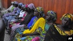 Các nữ sinh bị bắt cóc may mắn trốn thoát khỏi tay nhóm Boko Haram gặp Thống đốc bang Borno Kashim Shettima tại Maiduguri, Nigeria, ngày 2/6/2014.