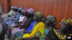 'بوکو حرام' کی تحویل سے فرار ہونے والی بعض طالبات اور خواتین ایک سرکاری دفتر میں موجود ہیں (فائل)