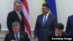Представники США та України підписують угоду
