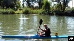Со кајак околу езерото за зближување на народите
