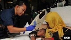 Di dân được chăm sóc trên tàu USS Bataan, ngày 7/6/2014.
