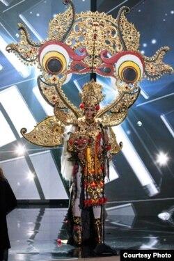 Anin dengan kostum karya desainer Dynand Fariz (dok: Miss Universe Organization, Richard D. Salyer)