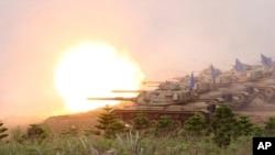 Xe tăng Patton M60A3 Patton của Ðài Loan bắn phá các mục tiêu trong cuộc tập trận trên đảo Bành Hồ, ngày 17/4/2013.