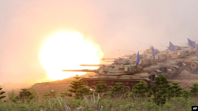 Taiwanese military's M60A3 Patton tanks fire during Han Kuang military exercises in Penghu county, Taiwan, April 17, 2013.
