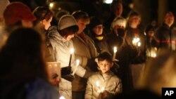 Cư dân thị trấn Newtown thương tiếc nạn nhân vụ cuồng sát tại Trường Tiểu học Sandy Hook