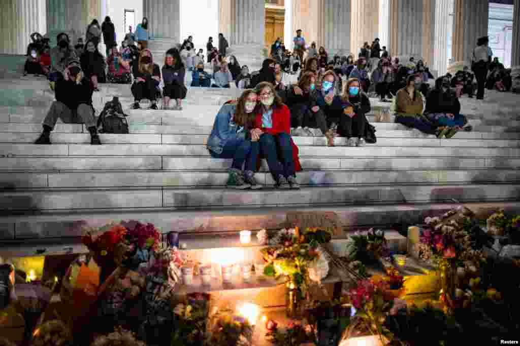 2020年9月18日,美国首都华盛顿最高法院外,人们聚在一起悼念最高法院大法官的鲁思·拜德·金斯伯格。(路透社图片)