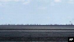 La ampliación china del arrecife Subi, en las disputadas islas Spratly en el Mar del Sur de China, son vistas desde Pag-asa, otra isla del archipiélago que es controlada por Las Filipinas.