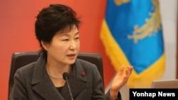박근혜 한국 대통령이 8일 청와대에서 열린 제53회 국무회의에서 모두발언을 하고 있다. (자료사진)