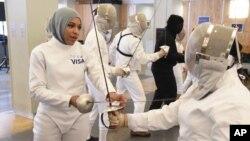 Cô Ibtihaj Muhammad là vận động viên Thế vận hội đầu tiên của Hoa Kỳ đội khăn hijab ra tranh tài tại Rio 2016.