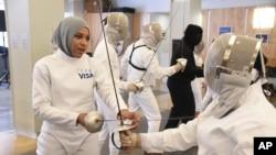 伊布蒂哈吉•穆罕默德是首位头戴穆斯林头巾的美国奥运会参赛运动员。图为伊布蒂哈吉在参加击剑比赛。