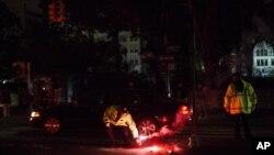 Офицер полиции Нью-Йорка зажигает осветительную шашку на Юнион-сквер, Нью-Йорк