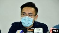 中西區區議員梁晃維表示,區議員亦會發起聯署公開信、街站及網上聯署, 希望美國政府制裁出賣香港人的官員或者警察。(美國之音湯惠芸拍攝)