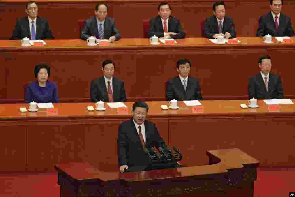"""中国国家主席习近平在北京人民大会堂举行的解放军建军90周年大会上发表讲话 (2017年8月1日)。后面第一排左起:孙春兰、刘奇葆、王沪宁、张高丽。习近平在这次讲话中两次提到毛泽东和邓小平,没提到前任军委主席江泽民和胡锦涛。习近平说:""""我们深切怀念创建和培育了人民军队的毛泽东、周恩来、刘少奇、朱德、邓小平同志和彭德怀、刘伯承、贺龙、陈毅、罗荣桓、徐向前、聂荣臻、叶剑英同志等老一辈革命家和军事家。""""中共十大元帅,这里提到9个,另一个是林彪。这次大会,江泽民和胡锦涛没参加,而10年前的大会,前任领导人参加了。"""