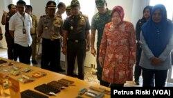 Walikota Tri Rismaharini melihat sejumlah peralatan sekolah pada masa lampau koleksi Museum Pendidikan Surabaya. (Foto: VOA/ Petrus Riski)