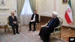 Dalam foto yang dirilis oleh Kantor Kepresidenan Iran, Presiden Hassan Rouhani, kanan, berbicara dengan Direktur Jendral Badan Energi Atom Internasional, Yukiya Amano, kiri, selama pertemuan, di Tehran, Iran, 29 Oktober 2017 (Kantor Kepresidenan Iran via AP)
