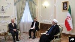 جوہری توانائی کی بین الاقوامی ایجنسی کے سربراہ یوکیا امانو تہران میں ایران کے صدر حسن روحانی سے ملاقات کر رہے ہیں۔
