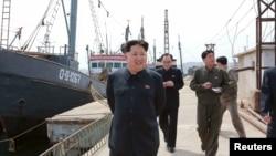 ຜູ້ນຳເກົາຫຼີເໜືອ Kim Jong Un ໃຫ້ຄຳແນະນຳ ຢູ່ພາກສະໜາມ ຢູ່ທີ່ ໂຮງງານ Sinpho Pelagic Fishery Complex ຢູ່ໃນຮູບພາບນີ້ ທີ່ເຜີຍແຜ່ໂດຍ ອົງການຂ່າວສູນກາງຂອງທາງການເກົາຫລີເໜືອ ຫລື KCNA ໃນພຽງຢາງ, ວັນທີ 9 ພຶດສະພາ 2015.