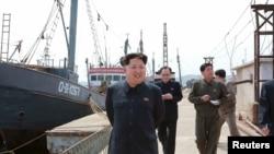 朝中社2015年5月9日发布的图片显示朝鲜领导人金正恩视察渔业中心
