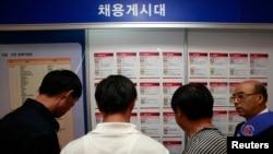 지난 2009년 한국에 정착한 탈북자들이 구직박람회에 참석해 채용게시판을 들여다보고 있다. (자료사진)