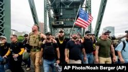 美國極右翼團體8月17日在俄勒岡州波特蘭市集會示威。