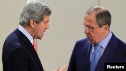 Menteri Luar Negeri AS John Kerry (kiri) dan Menteri Luar Negeri Rusia Sergei Lavrov.akan bertemu di Jenewa untuk membahas Suriah (foto: dok).