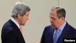 John Kerry (à g.) et son homologue russe, Sergei Lavrov
