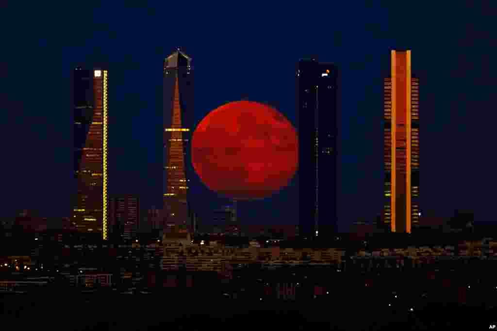 Bulan purnama menghiasi kawasan bisnis di kota Madrid, Spanyol (11/8).