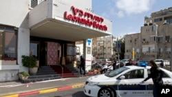 Abaporisi ba Isirayeli bahagaze ahacumitiwe umuntu i Tel Aviv, Israel. itariki 23/04/2017.