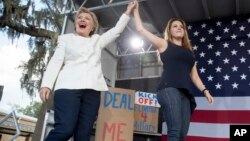 Hillary Clinton y Alicia Machado durante un evento de campaña de la candidata presidencial demócrata en Dade City, Florida. Noviembre 1, 2016.