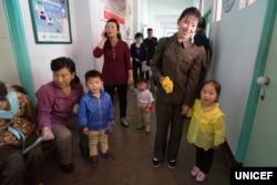 븍한의 병원에서 한 여성이 딸 아이에게 줄 미량영양소 가루를 받아 들고 미소짓고 있다. 유니세프가 19일 공개한 북한 어린이 보건 관련 자료에 첨부된 사진.