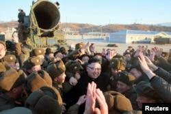 북한 김정은 국무위원장이 지난 12일 북한의 신형 중장거리 전략탄도미사일(IRBM)인 '북극성 2형' 시험발사를 현지지도했다고 조선중앙통신이 13일 보도했다.