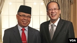 Presiden Filipina Benigno Aquino (kanan) saat bertemu Al Haj Murad Ibrahim, pemimpin pemberontak Moro (MILF) di Tokyo, Jepang (4/8).