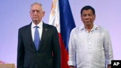 Министр обороны США Джеймс Мэттис и президент Филиппин Родриго Дутерте. Филиппины. 24 октября 2017 г.