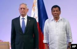 美国国防部长马蒂斯与菲律宾总统杜特尔特合影。(2017年10月24日)