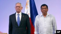Bộ trưởng Quốc phòng Hoa Kỳ Jim Mattis và Tổng thống Rodrigo Duterte, hôm thứ Ba 24/10/2017