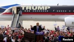 Agen-agen rahasia mengelilingi kandidat calon presiden dari Partai Republik Donald Trump di bandara internasional Dayton di Ohio (12/3). (Reuters/Aaron P. Bernstein)