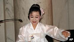 미 연방 상원에서 열린 문화행사에서 양금으로 아리랑을 연주하는 탈북 예술인 마영애 씨.