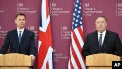 Menlu Inggris Jeremy Hunt (kiri) dalam konferensi pers bersama Menlu AS Mike Pompeo di London hari Rabu (8/5).