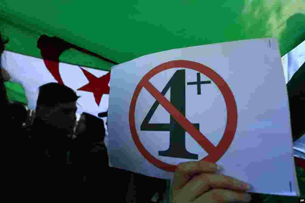 دانش آموزان دبیرستانی الجزایر در اعتراض به تصمیم عبدالعزیز بوتفلیقه، رئیس جمهوری این کشور، برای تعویق انتخابات ریاست جمهوری، تظاهرات کردند. عدد چهار اشاره به نامزدی او برای چهارمین بار است.بوتفلیقه اعلام کرد دوباره نامزد نمی شود اما معترضان انتقادات دیگری دارند.