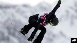 အမ်ဳိးသမီး snowboard slopestyle ေနာက္ဆံုးပဲြစဥ္မွာ ေနာ္ေဝးႏိုင္ငံက အားကစားမယ္ Silje Norendal ယွဥ္ၿပိဳင္စဥ္။ (ေဖေဖာ္ဝါရီ ၉၊ ၂၀၁၄)