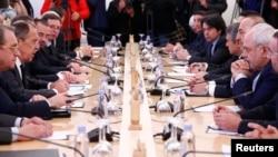 안드레이 카를로프 터키 주재 러시아 대사 피살 다음날인 20일 세르게이 라브로프(왼쪽 두번째) 러시아 외무장관과 메블뤼트 차우쇼을루(오른쪽 세번째) 터키 외무장관, 모하마드 자바드 자리프 (오른쪽 두번째) 이란 외무장관이 모스크바에 모여 시리아 내전 수습방안을 논의하고 있다.