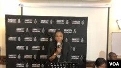 Muleya Mwananyanda អនុប្រធានអង្គការ Amnesty International មកពីអាហ្វ្រិកខាងត្បូងថ្លែងទៅកាន់អ្នកតំណាងគណបក្សនយោបាយនានាក្នុងប្រទេសស៊ីមបាវ៉េក្នុងកម្មវិធីស្តីពីសិទ្ធិមនុស្សក្នុងទីក្រុង Harare កាលពីថ្ងៃទី១២ ខែកក្កដា ឆ្នាំ ២០១៨។(S. Mhofu/VOA)