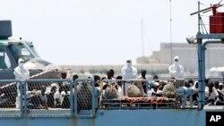 Migrants à bord de l'Aquarius à son arrivée dans le port de Valence en Espagne le 17 juin 2018.