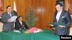 صدر آصف علی زرداری رحمٰن ملک سے وزیرِ داخلہ کے عہدے کا حلف لیتے ہوئے۔