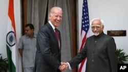 인도를 방문중인 조 바이든 미국 부통령(왼쪽)이 23일 인도의 하미드 안사리 부통령(오른쪽)과 회담했다.