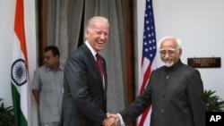 ຮອງປະທານາທິບໍດີ ສຫລ ທ່ານ Joe Biden (ຊ້າຍ) ຈັບມືກັບ ຮອງປະທານາທິບໍດີອິນເດຍ ທ່ານ Hamid Ansari ຂະນະທີ່ ພວກທ່ານຖ່າຍຮູບຮ່ວມກັນ ກ່ອນການປະຊຸມ ທີ່ກຸງ ນິວເດລີ (23 ກໍລະກົດ 2013)