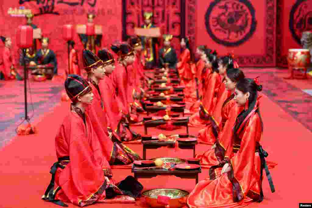 Couples attend a group wedding ceremony in traditional Han Dynasty style as they celebrate Qixi festival, or Chinese Valentine's Day, in Hengyang, Hunan province, China August 28, 2017.