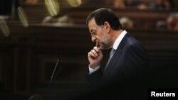 El primer ministro español Mariano Rajoy gesticula durante una sesión parlamentaria. El gobierno anunció este miércoles nuevas medidas de austeridad que buscan sacar a este país de sus crisis económica.