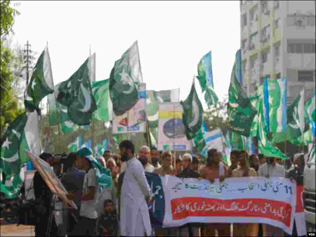 جماعت اسلامی کے کارکنان 11 مئی 2013ء کو ہونے والے عام انتخابات کے خلاف احتجاج کرتے ہوئے