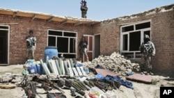喀布尔郊外被阿富汗安全部队击毙的激进分子储存的武器弹药